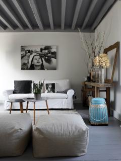 salon : avec  canapé et TV -