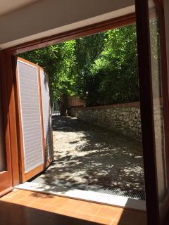 Grande vetrata con vista sul giardino ad uso esclusivo
