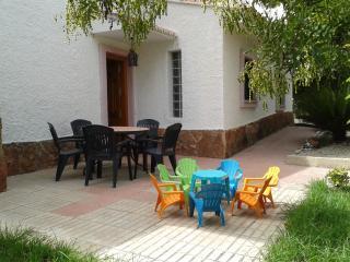 Terraza entrada a la casa, rodeada de gran jardín para disfrute de pequeños y mayores