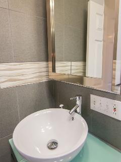 Furnished Apartments Cincinnati bathroom-HomeLinkCincinnati