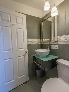 Cincinnati Furnished apartments bathroom-HomeLinkCincinnati
