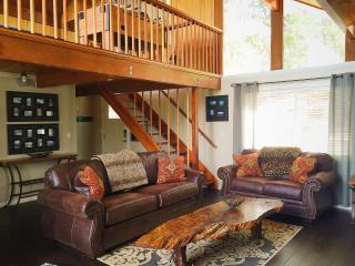 Luxury, Pet Friendly Cabin w/Hot Tub, Walk to Ski, Big Bear Lake