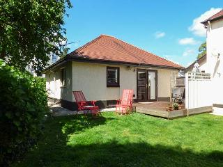 THE GARDEN FLAT, single-storey pet-friendly cottage close to beach in Saundersfo