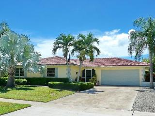 3 blocks to the beach -Beautiful canal front home!, Marco Island
