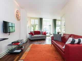 Large canal view apartment in the historic centre, Amsterdã