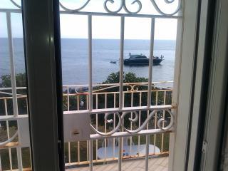 Villa in riva al mare, Bonifati