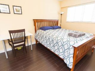 Beautiful Private queen bedroom2 in great location, Vancouver