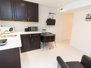 Beautiful cozy 2BR suite -Chambers Location, Vancouver