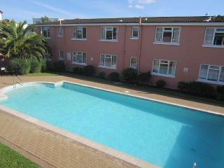 Beautiful apartment with outdoor heated pool, Paignton