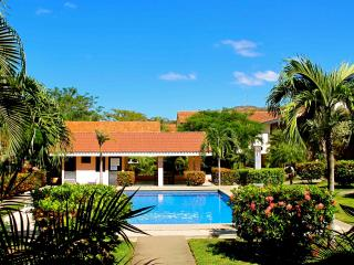 Cozy tropical condo walking distance from beach, Playas del Coco