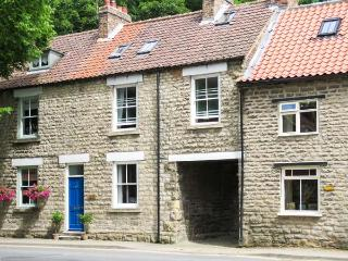 KINGFISHER COTTAGE, open fire, pet-friendly, courtyard garden, en-suite, Ref. 19356, Pickering