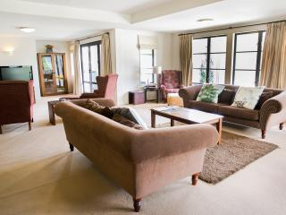 The Glebe Queenstown - 3 BR Apartment Roadside