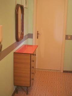 corridoio con mobiletto e specchio