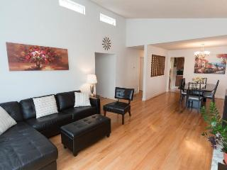 Great, cozy private queen bedroom in central area, Vancouver