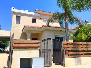 Bay View 3B/R Villa with private pool next to Park Lane