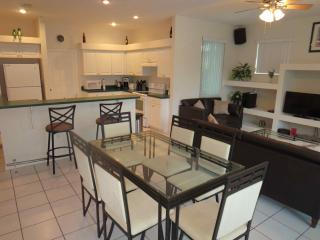 Sunset Lakes - 3 Bedroom Private Pool Home, Lake View, Four Corners