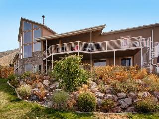 Lux 5BR Home w/ Stunning Views & Gourmet Kitchen - Hot Tub & Pool Table