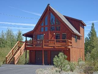 Spacious 4BR Tahoe Donner w/ Fireplace & Large Deck  – Near Dining & Skiing