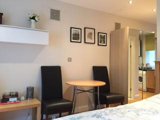 CLOSE to CITY of LONDON C - NOT SHARED - FREE PARKING & WI FI - GREAT LOCATION, Londres