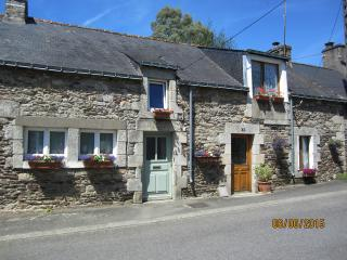 Cottage in floral Riverside village, Heated Pool, Bikes, Boat, Kayaks and Wi-Fi, Pontivy