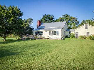 Sunny, lakefront property w/spacious yard, vintage charm, easy state park access, North Hero