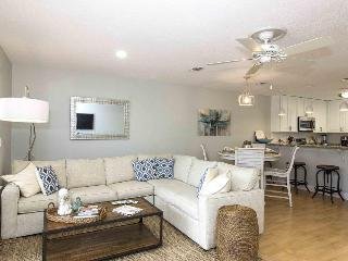 Newly remodeled, dog-friendly townhome steps from beach - snowbirds welcome!