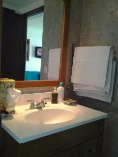 lavabo, toallas de manos , jabon, crema de cuerpo, toallitas faciales
