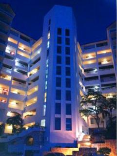 condominio iluminado en la noche