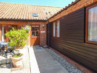 WILLOW, single-storey, romantic retreat, spa bath, private patio, in Fakenham