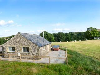 WISTLE COTTAGE, detached, woodburner, hot tub, ideal romantic retreat, in Barnoldswick, Ref 28801