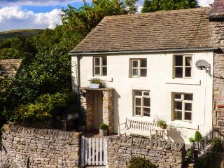 GRANGE COTTAGE, pet-friendly, beautiful cottage, character, woodburner, WiFi, parking, enclosed garden, in Castleton, Ref. 928584