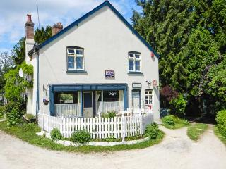THE WILLOWS, character cottage, pet-friendly, open fire, garden in Bucknell, Ref