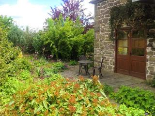 SWALLOW'S NEST, pets welcome, en-suite wet room, ground floor apartment, near Craven Arms, Ref. 24740