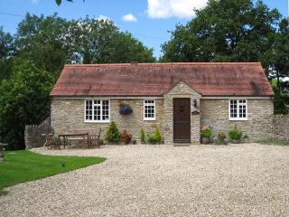 MAGPIE COTTAGE, single-storey, detached, en-suite, parking, garden, in Bruton, R