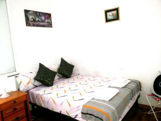 Cozy Private Room: Near the beach!, Badalona