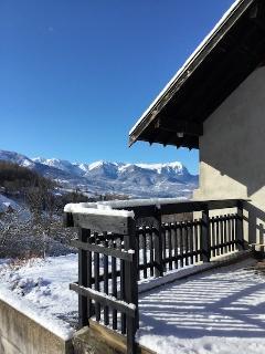Vue sur les montagnes depis la terrasse en hiver