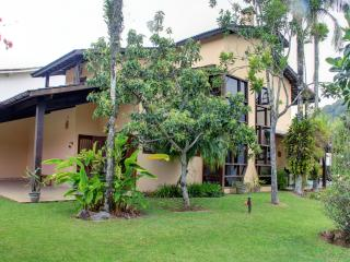 PRETTY  BEACH  HOUSE , GORGEOUS GARDEN AND NATURE, Sao Sebastiao