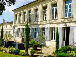Historic villa with pool and sunny gardens, near Bordeaux