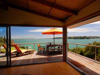 Bay Of Islands Beach House - Absolute Beachfront!, Russell