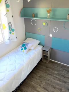Chambre avec lit gigogne permettant d'installer un lit bébé