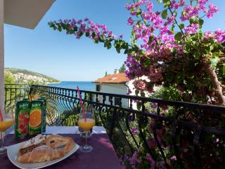 Room with terrace in a house 20m from beach - No.5, Okrug Gornji