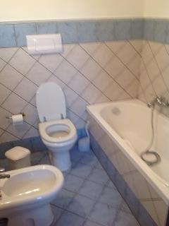bagno principale con vasca e antibagno con doccia