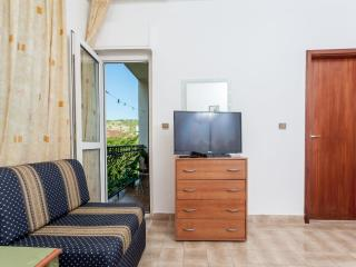 Room with balcony in a house 20m from beach - No.8, Okrug Gornji