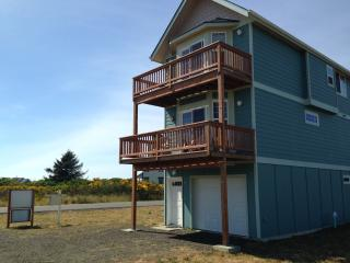 Beach Home with a View near Damon Pt. State Park i, Ocean Shores