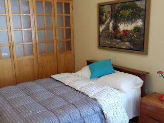 Habitación principal con aire acondicionado y baño propio con agua caliente.