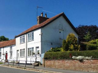 BRINDLE COTTAGE, pet-friendly, near to amenities, woodburner, WiFi, enclosed garden, in Hunmanby, Ref. 28153