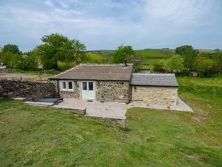 BECKSIDE COTTAGE, detached, all ground floor, woodburner, hot tub, in Skipton, R