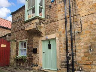 WAYSIDE COTTAGE, pet-friendly cottage with enclosed courtyard, WiFi, cosy romant