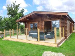 HEATHCLIFF LODGE, all one floor, hot tub, WiFi, balcony, in Northallerton, Ref