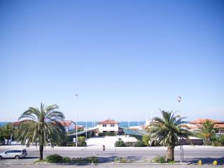 Amazing Beach Front apartment with Terrace seaview and Pvt Parking in Lido di Camaiore